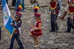 Grupo de pequeña banda en uniformes - Antigua, Guatemala de los niños imágenes de archivo libres de regalías