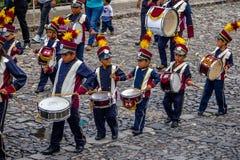 Grupo de pequeña banda en uniformes - Antigua, Guatemala de los niños foto de archivo libre de regalías
