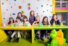 Grupo de pequeños niños que celebran cumpleaños Fotografía de archivo