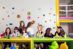 Grupo de pequeños niños que celebran cumpleaños Imagen de archivo libre de regalías
