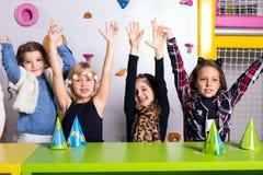 Grupo de pequeños niños que celebran cumpleaños fotos de archivo