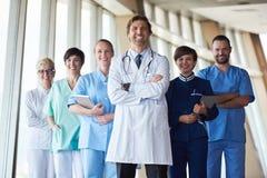 Grupo de personal médico en el hospital fotografía de archivo