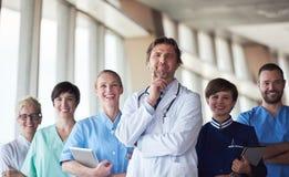 Grupo de personal médico en el hospital imagen de archivo