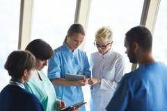 Grupo de personal médico en el hospital imágenes de archivo libres de regalías