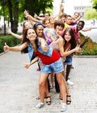Grupo de personas al aire libre. Fotografía de archivo libre de regalías
