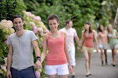 Grupo de personas con los pares que camina al aire libre Foto de archivo