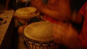 Grupo de personas con los tambores africanos metrajes