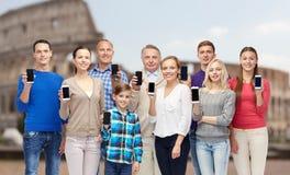 Grupo de personas con smartphones sobre coliseo Fotos de archivo
