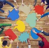 Grupo de personas diverso que forma burbujas coloridas del discurso Foto de archivo