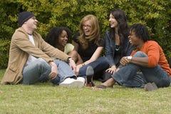 Grupo de personas diverso que habla y que ríe foto de archivo libre de regalías