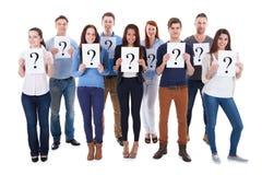 Grupo de personas diverso que lleva a cabo muestras de la pregunta imagen de archivo libre de regalías