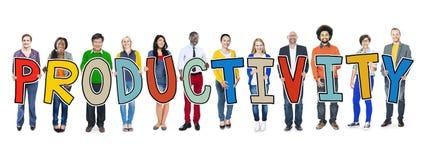 Grupo de personas diverso que lleva a cabo productividad del texto Fotos de archivo