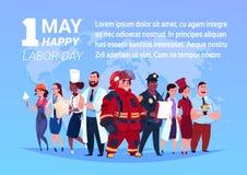 Grupo de personas de diversos empleos que se colocan sobre mapa del mundo fondo el cartel feliz del Día del Trabajo del 1 de mayo