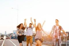 Grupo de personas enérgico joven que se divierte imagen de archivo