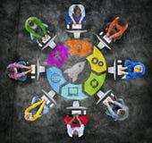 Grupo de personas en círculo con concepto de la tecnología Imagen de archivo