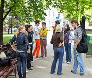 Grupo de personas en ciudad. Fotos de archivo