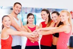 Grupo de personas en el gimnasio que celebra la victoria fotografía de archivo libre de regalías