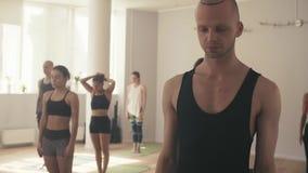 Grupo de personas en estudio de la yoga