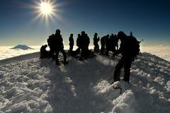 Grupo de personas en la cumbre de una alta montaña Imagen de archivo libre de regalías