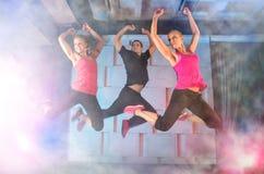 Grupo de personas en salto foto de archivo