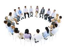Grupo de personas en un círculo aislado en blanco fotos de archivo libres de regalías