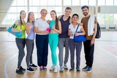 Grupo de personas en un gimnasio fotos de archivo