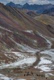 Grupo de personas en un rastro de montaña imagen de archivo libre de regalías
