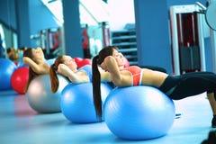 Grupo de personas en una clase de Pilates en el gimnasio Imagenes de archivo