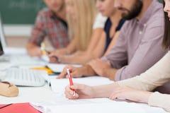 Grupo de personas en una reunión o clase Foto de archivo libre de regalías