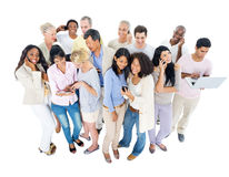 Grupo de personas grande con los dispositivos de Digitaces Fotografía de archivo libre de regalías