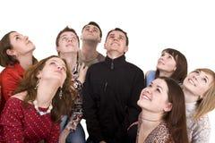 Grupo de personas grande que mira para arriba. Fotografía de archivo
