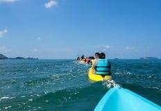 Grupo de personas kayaking Fotos de archivo