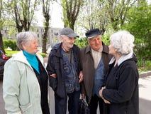 Grupo de personas mayores felices que se relajan imagenes de archivo