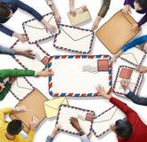 Grupo de personas multiétnico con concepto del correo Foto de archivo libre de regalías