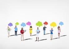 Grupo de personas multiétnico con la burbuja del discurso Imagenes de archivo