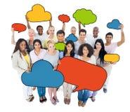 Grupo de personas multiétnico con las burbujas del discurso Imagenes de archivo
