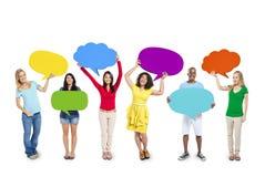 Grupo de personas multiétnico con las burbujas del discurso Imagen de archivo libre de regalías