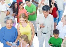 Grupo de personas multiétnico con medios del Social de los dispositivos de Digitaces Imagen de archivo libre de regalías