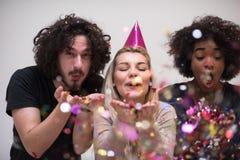 Grupo de personas multiétnico del partido del confeti Fotografía de archivo libre de regalías