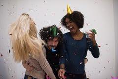 Grupo de personas multiétnico del partido del confeti Foto de archivo libre de regalías