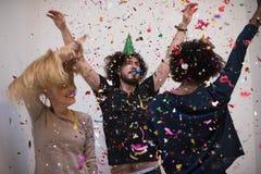 Grupo de personas multiétnico del partido del confeti Fotos de archivo
