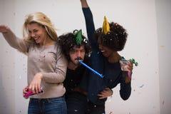 Grupo de personas multiétnico del partido del confeti Imagen de archivo