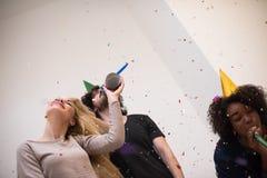 Grupo de personas multiétnico del partido del confeti Fotos de archivo libres de regalías