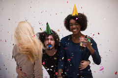 Grupo de personas multiétnico del partido del confeti Imágenes de archivo libres de regalías