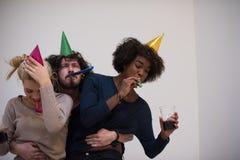 Grupo de personas multiétnico del partido del confeti Fotografía de archivo