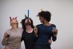 Grupo de personas multiétnico del partido del confeti Imagenes de archivo