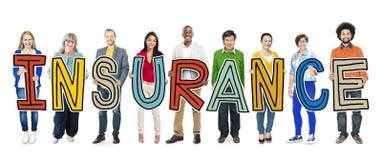 Grupo de personas multiétnico que lleva a cabo concepto del seguro de la letra Imagenes de archivo