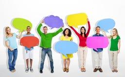 Grupo de personas Multi-étnico con las burbujas del discurso Imágenes de archivo libres de regalías