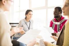 Grupo de personas multirracial que discute negocio en el entrenamiento Imágenes de archivo libres de regalías