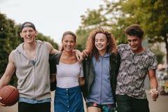 Grupo de personas multirracial que disfruta de un paseo al aire libre fotografía de archivo